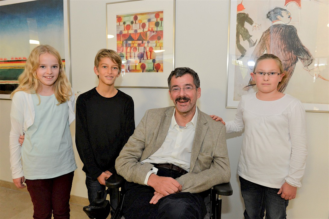 Andreas Mohn and 3 pupils in front of some works of art