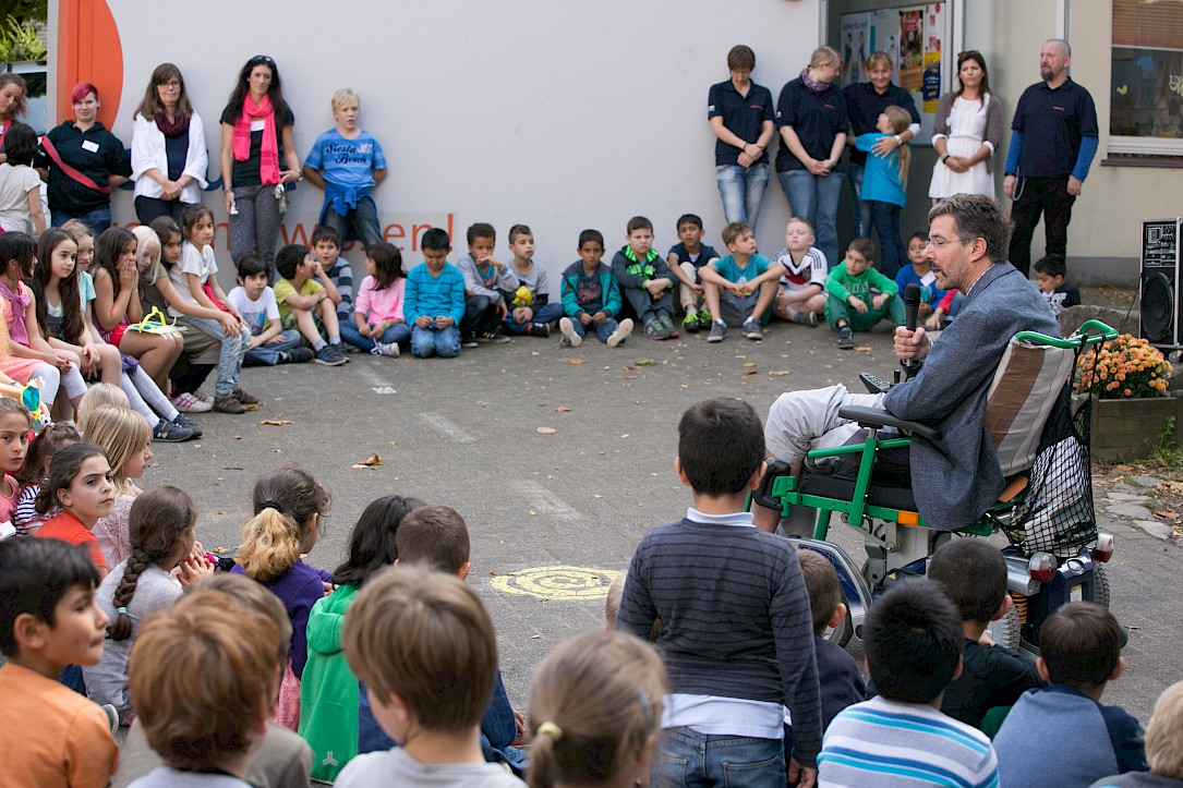 Andreas Mohn speaks to children